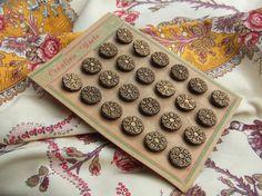 Superbe série de 24 boutons de couleur or,  imitation passementerie