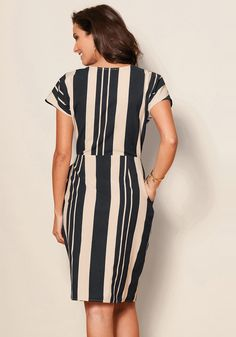 Best 12 This estilizara vertical stripes dress elegantly your silhouette in any situation. Enjoy the most flattering fashion with this dress – Page 499195939943425777 Cute Dresses, Casual Dresses, Fashion Dresses, Short Sleeve Dresses, Vertical Striped Dress, Vertical Stripes, Suits For Women, Clothes For Women, Colorful Fashion
