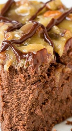 This rich and creamy german chocolate cheesecake will bring any chocolate lover to their knees. I'll show you how to make this decadent dessert with lots of step-by-step photos. Brownie Desserts, Just Desserts, Health Desserts, Cheesecake Cake, Cheesecake Recipes, Dessert Recipes, Yummy Treats, Sweet Treats, Yummy Food