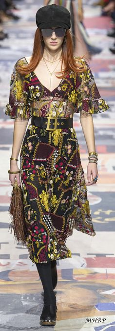 isn't a beautiful dress with lots of color pop Christian Dior Fall Dior Fashion, Fashion 2018, Couture Fashion, Runway Fashion, Boho Fashion, Luxury Fashion, Fashion Show, Autumn Fashion, Fashion Looks