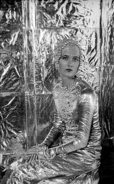BABA-BEATON-A-SYMPHONY-IN-SILVER-1925-1-c27678-1 - Aos onze anos, ele ganha sua primeira câmera, uma Kodak 3A, e começa a utilizar suas irmãs como manequins para suas criações, além de revelar suas fotos com a ajuda da empregada no banheiro de sua casa.