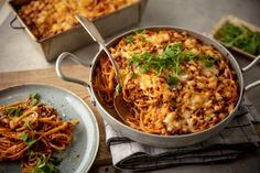 Tämä ruoka yhdistää kaksi suosikkia - spagettivuoka on varma hitti Macaroni And Cheese, Curry, Food And Drink, Pasta, Chicken, Meat, Dinner, Cooking, Ethnic Recipes