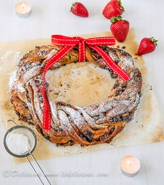 Strawberry & Chocolate Chip Christmas Wreath recipe | via Delicieux www.ledelicieux.com