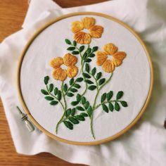 花も葉っぱも咲きました♪ 後は、花の中央の色をどうするか悩み中‥‥。 #刺繍 #embroidery #broderie #刺しゅう #flower #ミンネ #minne #ファブリックパネル