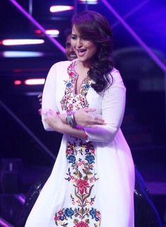 Sonakshi Sinha shakes a leg on Indian Idol!