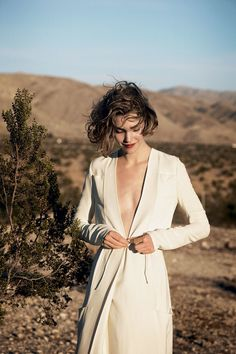 The natural messy vs the red lipstick and the modern dress, giving us major bridal inspiration chills - Arizona Muse photographed by Peter Lindbergh, Vogue, May 2011 Beige Outfit, Fashion Shoot, Editorial Fashion, Women's Fashion, Dress Me Up, I Dress, Editorial Photography, Fashion Photography, Arizona Muse