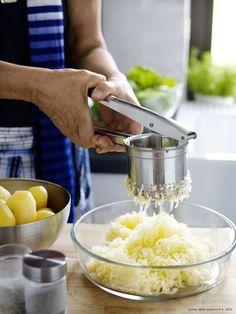 Presa IDEALISK se înțelege de minune cu cartofii noi. Voi ce gătiți astăzi?