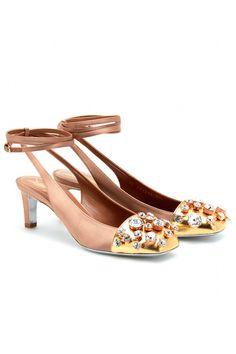 Zapatos con pulserilla y puntera de pedrería, de Yves Saint Laurent