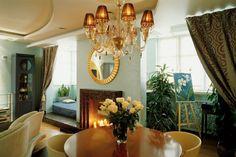 В отделке квартиры использовалась золотая краска и элементы из стекла и мрамора.