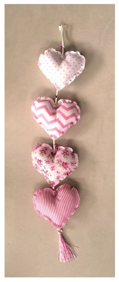 móvil de corazones rosa, y blanco Cute Crafts, Diy And Crafts, Arts And Crafts, Hanging Garland, Fabric Hearts, Felt Fabric, Applique Patterns, Embroidery Kits, Stuffed Toys Patterns