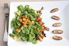 Salat mit Kürbisvinaigrette, Pfifferlingen und Datteln. Der perfekte Salat mit Kürbis in Herbst und Winter. Das besondere Salatrezept. Und hier ist das Rezept http://wolkenfeeskuechenwerkstatt.blogspot.de/2012/10/herbstliches-menu-3-herbstlicher-salat.html