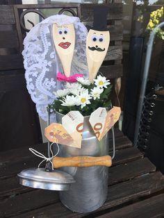 Geschenk Hochzeit Löffel Brautpaar Gift Wedding Spoon Newlyweds Related posts: DIY hot air balloon as a monetary gift for weddings Diy Crafts To Do, Upcycled Crafts, Wedding Favors, Wedding Gifts, Wedding Menu, Wedding Ideas, Halloween Mason Jars, Floral Letters, Newlywed Gifts