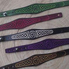 Bracelet artisanal en cuir décor celtique vert anis ,rouge,noir et naturel,violet ou marron-chêne(au choix) .