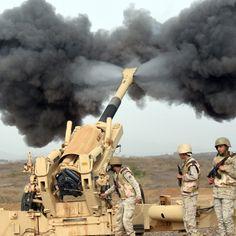 Bombardamenti dei soldati della coalizione guidata dall'Arabia Saudita verso lo Yemen, al confine tra i due paesi.