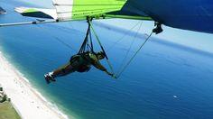 Vôo duplo de Asa Delta, com decolagem na Pedra Bonita, com 696 m de altitude, entre as praias de São Conrado e da Barra. Rio de Janeiro, RJ, Brasil.