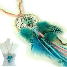 Lange ibiza ketting met mooie dromenvanger hanger in pastelkleuren en met fel gekleurde blauwe veertjes  * Lengte ketting 72 tot 78 cm * lengte hanger 21 cm * Kleur: roze blauw goud  /Doelgroep: da...