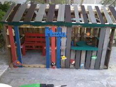 Casa De Niño Con Palettes / Kids Pallet Playhouse Fun Pallet Crafts for Kids Pallet Sheds, Pallet Cabins, Pallet Huts & Pallet Playhouses Pallet Dog House, Pallet Kids, Pallet Dog Beds, Pallet Barn, Pallet Shed, Free Wood Pallets, 1001 Pallets, Pallet Playhouse, Build A Playhouse