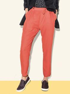 Calça feminina alfaiataria com faixa removível na cor vermelho em tamanho P. Clássica e sofisticada, a calça de alfaiataria é elegante e cheia de charme. Perfeita para combinar com blusas, camisas e regatas. Em um shape moderno e descontraído, essa calça em viscose é ideal para looks do dia a dia. Especificações: Confeccionada em tecido de viscose; Possui dois bolsos funcionais tipo faca; Pregas na região frontal; Cós com elástico interno na parte traseira; Elástico interno na boca do…