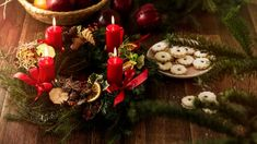 Adventní věnec v klasickém provedení Xmas Decorations, Christmas Wreaths, Holiday Decor, Furniture, Home Decor, Decoration Home, Room Decor, Home Furnishings, Home Interior Design