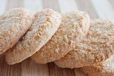 Biscuits noix coco Recette: 60 g de noix de coco râpée 125 g de farine 1 cuiller à café de levure chimique 60 g de beurre 60 g de sucre 1 jaune d'œuf 1 cuiller à soupe de lait 1 pincée de sel pour le décor : un peu de lait, noix de coco râpée