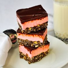 Raspberry Nanaimo Bars, a new twist on a classic Canadian no-bake treat! These easy, no-bake Raspberry Nanaimo Bars are a delicious twist on a classic Canadian treat and they are very freezer friendly too; great for the Holidays! No Bake Treats, No Bake Desserts, Just Desserts, Yummy Treats, Delicious Desserts, Sweet Treats, Dessert Recipes, Dessert Dishes, Dessert Ideas