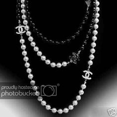 Tendance Joaillerie 2017 Fashion Affairs: Im Loving it:Pearl Necklace! Bracelet Chanel, Chanel Pearl Necklace, Chanel Pearls, White Pearl Necklace, Chanel Jewelry, Pearl Jewelry, Fashion Jewelry, Pearl Necklaces, Gold Jewellery