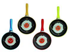 Klok Spiegelei. Een eitje bakken doe je in de keuken. Dat is dan ook de plek waar deze klok uitstekend past. #klok #spiegelei #tijd