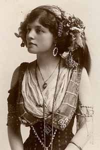 "Vintage Picture of Bohemian Gypsy. Lovely old picture so looks so serene in all her finery. I'm having a hard time trying to decide if she should go into Gypsy-me or ""Exotic beauty"" Vintage Gypsy, Mode Vintage, Vintage Beauty, Vintage Ladies, Vintage Woman, Vintage Style, Vintage Circus, Vintage Prints, Des Femmes D Gitanes"
