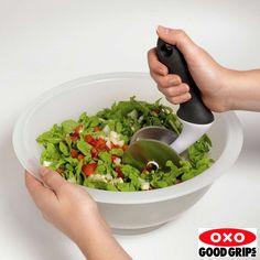 O Conjunto Cortador e Tigela para Salada Oxo Good Grips permite o preparo de deliciosas saladas em poucos segundos. O Cortador para Salada Oxo Good Grips tem cabo ergonômico com revestimento macio e antiderrapante e duas lâminas de aço inoxidável. A Tigela para Salada Oxo Good Grips tem uma curva contínua para que a lâmina permaneça sempre em contato para corte um eficiente. A tigela de 5 litros é grande o suficiente para até 6 porções de salada. É fabricada em polipropileno, um material…