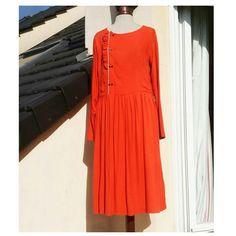 robe cousue par Le Bazar d'Anne-Charlotte dans le crêpe de viscose rouge Tangerine en vente au mètre sur 36bobines.com