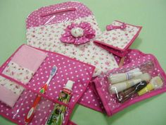 kit feminino composto de 1 lixeira para carro, 1 porta documentos, 1 kit dental e 1 kit manicure