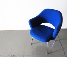 Cadeira Saarinen Executive, 1950.   Desenhada em 1950 por Eero Saarinen após ter tido grandes experiências com Charles Eames onde criaram uma gama de cadeiras de madeira compensada, que inspirou Saarinen para o desenvolvimento dela.
