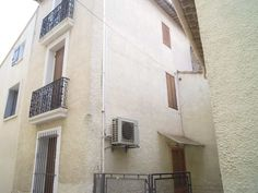 Villeneuve les Béziers, au coeur du village, maison de village avec garage de 60 m² avec possibilité d'aménager le dessus, 3 niveaux de 30 m² a rafraichir. A voi chez Cap sud immo Sérignan : 04-67-32-97-01
