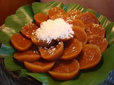 Puto Kuchinta is one of the another delicious sweet dessert steamed cake made of. - meet-the- philippines - Filipino desserts Brown Rice Cake Recipe, Rice Cake Recipes, Rice Cakes, Dessert Recipes, Dessert Ideas, Filipino Dishes, Filipino Desserts, Filipino Recipes, Filipino Food