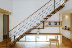 階段と一体となったTVボード