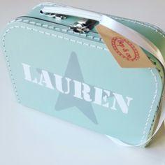 koffertje Lauren #kraamkado #kraamkcadeau #kinderkoffertje #kinderkoffertjes #kadometnaam #koffertjemetnaam van www.bepenco.com