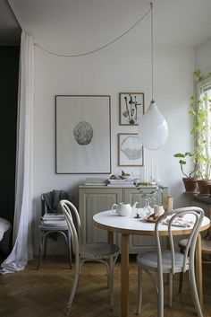 Discover the finest concepts for your minimalist dining room that matches your design as well as taste. Browse for outstanding pictures of minimalist dining-room for motivation. Decoration Inspiration, Dining Room Inspiration, Interior Inspiration, Decor Ideas, Room Ideas, Design Inspiration, Design Ideas, Sweet Home, Gravity Home