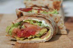 Boekweitwrap met zalm, avocado en geitenkaas. Lekker voor in de lunchbox of als diner. Recept > www.lekkeretenmetlinda.nl
