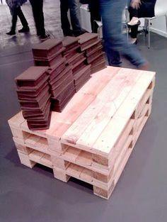 Mesa hecha con tres palet al natural. En la Feria de Arte Contemporáneo de Madrid 2012. Los palets se han convertido en protagonistas de puestas en escena artísticas, como esta de ARCO Madrid.