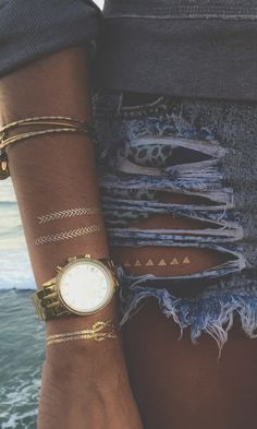 Loving this! The peek-a-boo metallic tattoo in the window of the cut out,, perfect. Metallic Tattoo, Boho Fashion, Fashion Beauty, Summer Of Love, Spring Summer, Style Summer, Flash Tats, Peek A Boo, Estilo Hippie