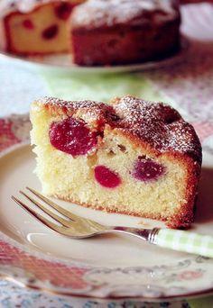Rührkuchen mit Kirschen - der beste Kuchen - so saftig und fluffig! Dieser Kirschkuchen ist perfekt für jede Gelegenheit. Rezept auf www.gofeminin.de/kochen-backen/kirschen-d20905c275644.html