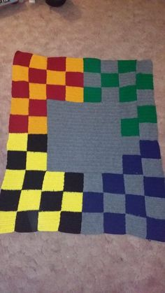 ON SALE Harry potter inspired BLANKET by LeannesKillerCrafts even though the really detailed HP blankets are awesome, I would rather have more subtle one, like with only checkerboard pattern with the house colours like this one Crochet Mittens, Crochet Baby, Free Crochet, Harry Potter Wedding, Harry Potter Theme, Knitting Yarn, Knitting Patterns, Harry Potter Lightning, Harry Potter Crochet