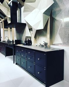 Olha que demais , essa foto tirada pelo nosso querido amigo e parceiro @ricardolopezinteriores diretamente de Milão . Tons escuros que dão sobriedade e o cinza do aço e inox contrastando dando o ar moderno ! Show ! #salonedelmobile #italy #milan #trends #news #mobile #black #steel #grey #top #archilovers #artlovers #decor #decoration #lovethis #like4like #likeit #beauty #amazing #modern #feelgood Credits : @ricardolopezinteriores