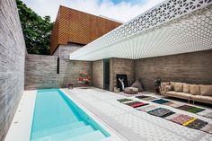 Courtyard House, Facade House, Glass House Design, Porch Plans, Swimming Pools Backyard, Space Architecture, Tropical Houses, Pool Designs, Outdoor Pool