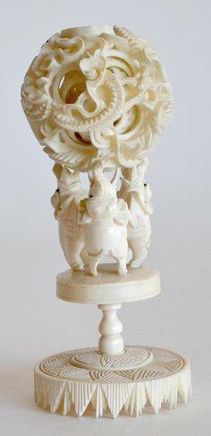 Petite BOULE de CANTON en ivoire sculpté et repercé, reposant sur trois oiseaux formant le support. H. 14 cm Canton, Ivoire, Stone Carving, Support, Vignettes, Jade, Amber, Objects, Coral
