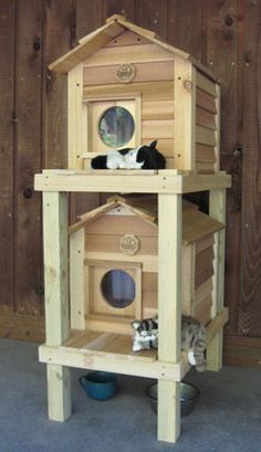 Large Insulated Cat House Double Decker Here you go Bob Villa build yourself a Cedar Cat House - Condo Complex :) Outdoor Cat Shelter, Outdoor Cats, Outdoor Cat Houses, Indoor Outdoor, Feral Cat House, Feral Cats, Insulated Cat House, Niche Chat, Wooden Cat House