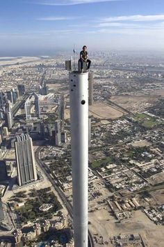 Behind the Scenes Of Famous Movies. Tom Cruise sits atop Dubai in Mission Impossible: Ghost Protocol 2011 Tom Cruise, Pictures Images, Cool Pictures, Cool Photos, Unbelievable Pictures, Mission Impossible Ghost, Dubai, Villas, Ghost Protocol