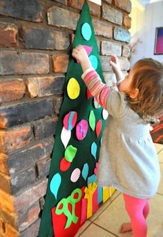 Felt christmas tree By: Johnny In A Dress: Play Felt Tree & Ornaments Noel Christmas, Christmas And New Year, All Things Christmas, Winter Christmas, Christmas Tree Ornaments, Christmas Decorations, Xmas Tree, Felt Ornaments, Toddler Christmas
