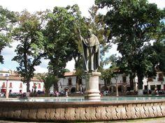 Los invito a contemplar la belleza de la Plaza Vasco de Quirogo,una de la plazas públicas más grande de América.