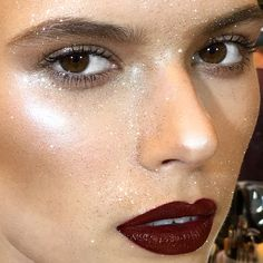 "1,600 Me gusta, 27 comentarios - Netta Szekely (@nettart) en Instagram: ""Hyper highlighted #skin, a statement lip with glitter on top who could ask for more? #mymakeup for…"""